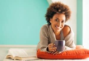 luminast - vrouw drinkt kopje thee ontspannen klein