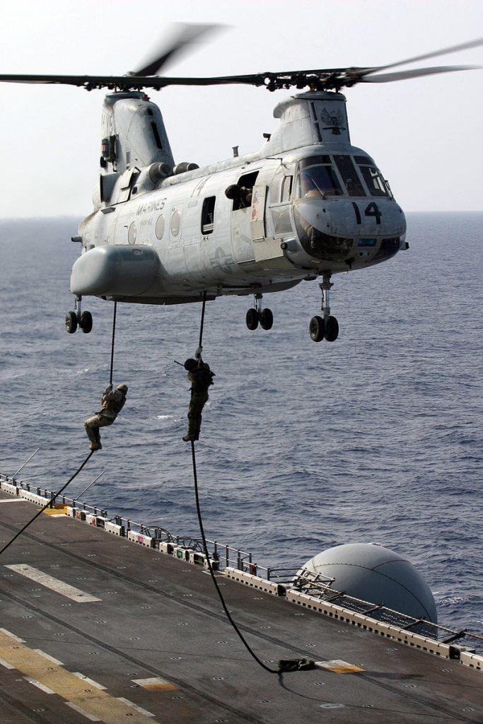 Israëlische soldaten en Amerikaanse mariniers van de 26th Marine Expeditionary Unit fast-rope van een CH-46E Sea Knight-helikopter op het dek van de USS Kearsarge (LHD-3).