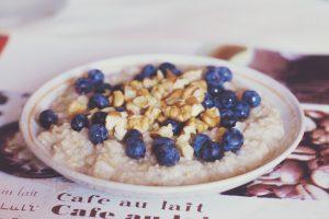 Havermout met noten en blauwe bessen